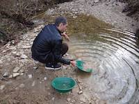 Quick check for gold in Croatia by using Garrett gold pans